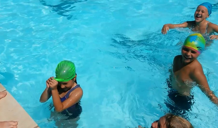 Putting on a swimming cap 'Plett style'